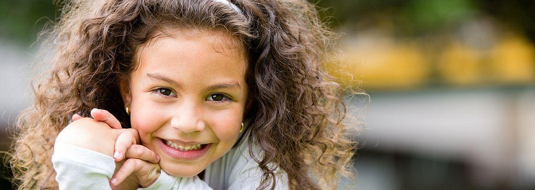 Sposoby na niesforne włosy zabieganych mam - ilustracja