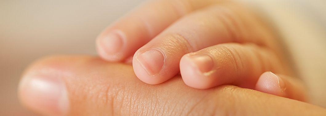 Dlaczego warto oglądać dzieciom paznokcie? - ilustracja