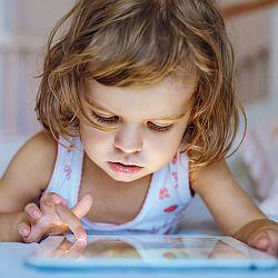 O dzieciństwie ze smartfonami, tabletami i komputerami. - okładka