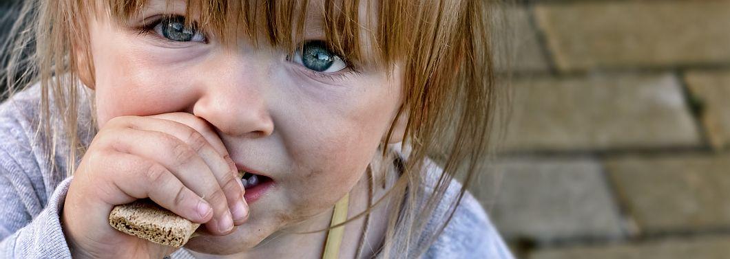"""Czy dzieci wychowujące się """"w brudzie"""" rzadziej chorują? - ilustracja"""
